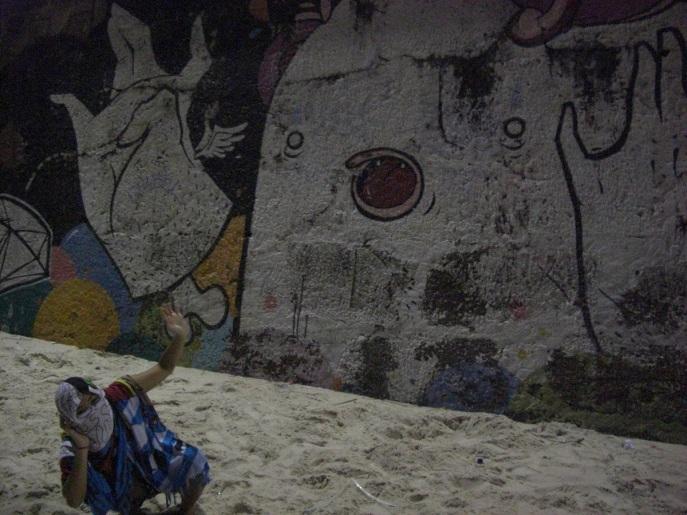 Encontrar arte casualmente pela cidade e fazer uma pose artística do lado dela